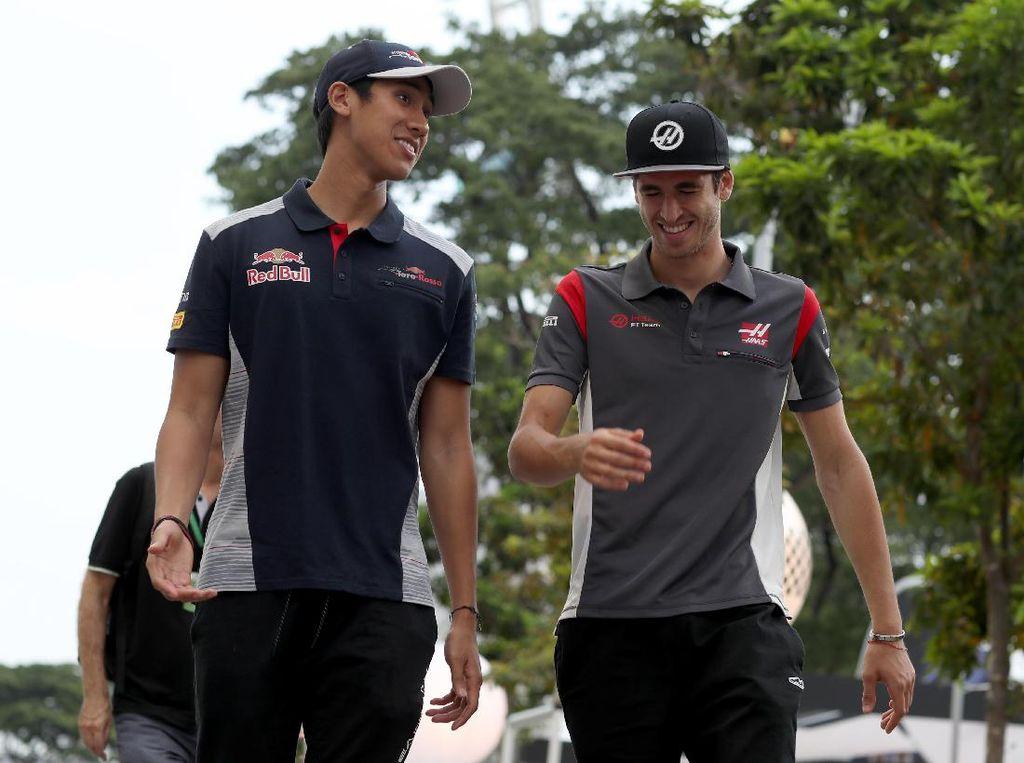 Sean tampak sedang berbincang dengan sahabatnya, Antonio Giovinazzi, di Sirkuit Marina Bay. Foto: Scuderia Toro Rosso