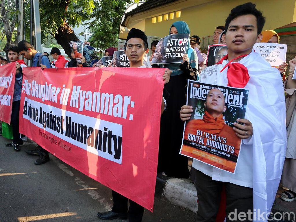 Mereka meminta pemerintah Myanmar untuk menghentikan pembantaian etnis Rohingnya di Rakhine State.