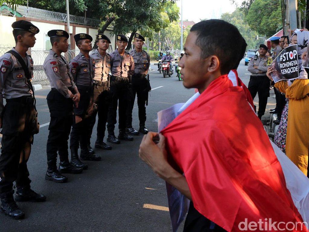 Aksi yang berlangsung tertib tersebut dikawal oleh puluhan aparat kepolisian.