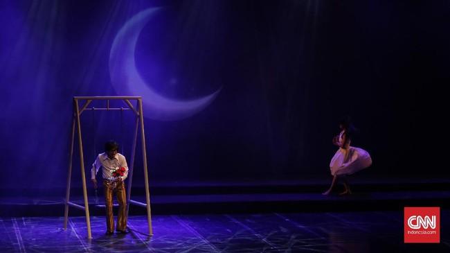 Benyamin Sueb (kiri) diperankan bergantian oleh tiga pemain Teater Abang None (Abnon) di pementasan konser teatrikal berjudul 'BABE, Muke Kampung Rejeki Kota' yang mengangkat kisah perjalanan hidup Benyamin Sueb. (CNN Indonesia/ Hesti Rika)