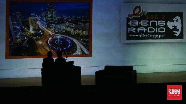 Teater Abang None (Abnon) mementaskan konser teatrikal bertajuk'BABE, Muke Kampung Rejeki Kota' yang mengangkat kisah perjalanan hidup Benyamin Sueb, Jakarta (14/9). Teatrikal itu disutradarai oleh Agus Noor dan diproduseri oleh Maudy Koesnaedi. (CNN Indonesia/ Hesti Rika)