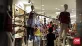 Petugas keamanan di Pasaraya Manggarai mengatakan, jumlah pengunjung Matahari Department Store hari ini, Sabtu (16/9), bertambah bila dibandingkan dengan kunjungan kemarin. (CNN Indonesia/Hesti Rika).