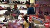 Akibat ramainya pengunjung di gerai Matahari Department Store di Pasaraya Manggarai, petugas keamanan mengaku menambah penjagaan untuk mengantisipasi kericuhan yang terjadi, Sabtu (16/9).(CNN Indonesia/Hesti Rika).