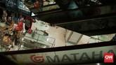 Sebagian pengunjung Matahari Department Store di Pasaraya Manggarai menyatakan kekecewaannya karena mayoritas barang sudah ludes terjual, seiring dengan rencana penutupan gerai tersebut. (CNN Indonesia/Hesti Rika).