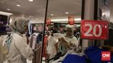 Pengunjung sedang mencoba baju di gerai Matahari Department Store di Pasaraya Manggarai. Gerai ini diserbu pengunjung yang ingin berbelanja karena tawaran diskon yang tinggi seiring rencana penutupan gerai tersebut. (CNN Indonesia/Hesti Rika).