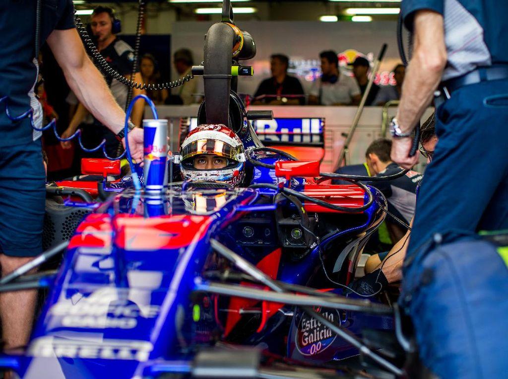 Namun, di GP Singapura inilah Sean untuk pertama kalinya mengikuti sebuah latihan bebas Formula 1. Dia memakai mobil yang biasa dikendarai oleh Carlos Sainz Jr. Foto: Peter Fox/Getty Images