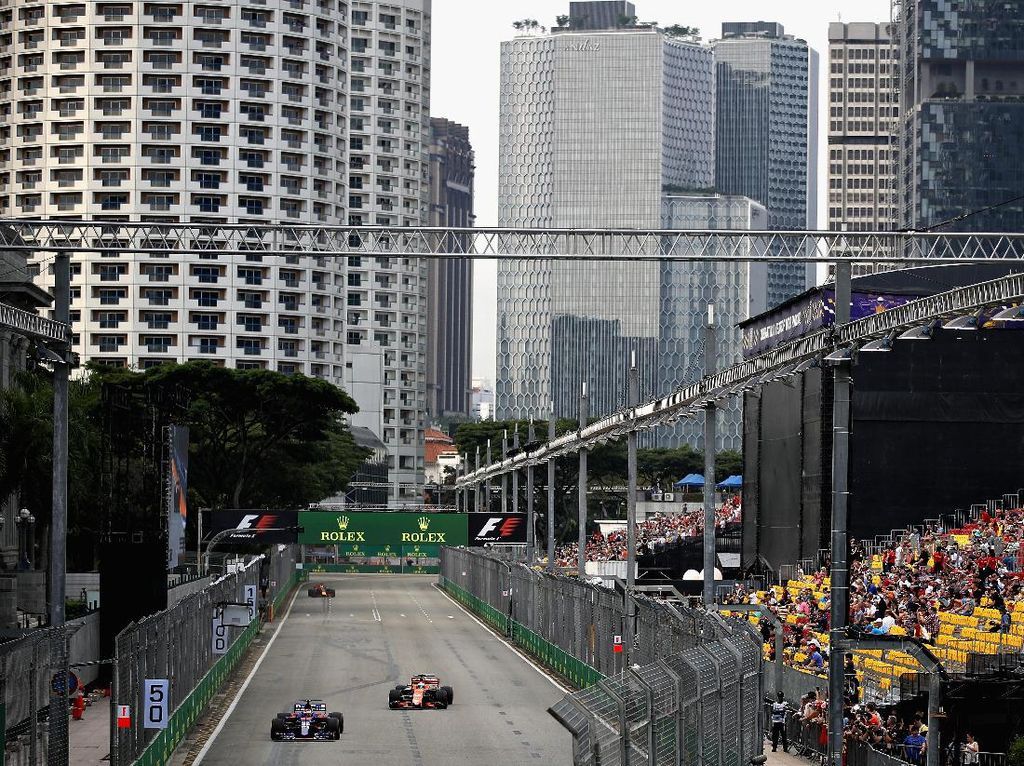 Di Singapura, Sean berada satu lintasan dengan pebalap-pebalap top dunia. Dalam foto ini, dia beriringan dengan pebalap McLaren Fernando Alonso. Foto: Clive Mason/Getty Images