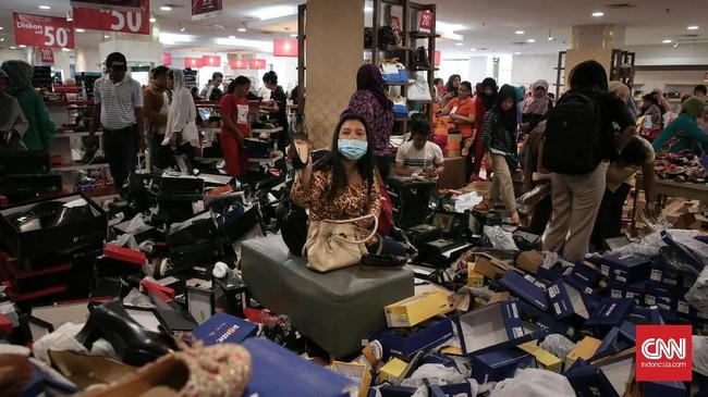 Saat ini, Matahari Department Store di Pasaraya Manggarai dan Pasaraya Blok M masih beroperasi dan menggelar diskon besar-besaran hingga 75 persen guna menghabiskan stok barang.(CNN Indonesia/Hesti Rika).