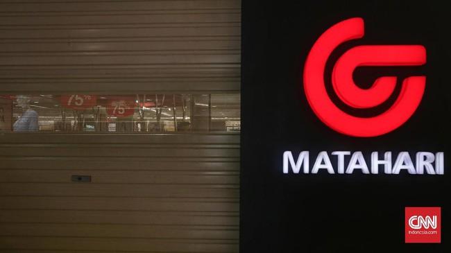 Gerai Matahari Department Store di Pasaraya Manggarai diserbu pengunjung yang ingin berbelanja mulai dari tanggal 14 September 2017. Matahari menawarkan diskon yang tinggi seiring rencana penutupan gerai di Pasaraya Manggarai, Jakarta (16/9). (CNN Indonesia/Hesti Rika).