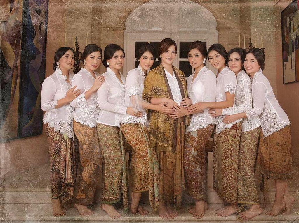 Foto: 10 Gaya Kompak Bareng Besties ala Girl Squad Nia Ramadhani
