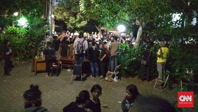 Massa Lempari Batu Gedung LBH Jakarta