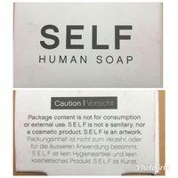 Sabun bernama SELF ini dibuat menggunakan lemak manusia. Penciptanya menyebut bahwa sabun ini bukan untuk dipakai melainkan hanya sebuah karya seni saja. (Foto: Instagram/chooselifeuseeyes)