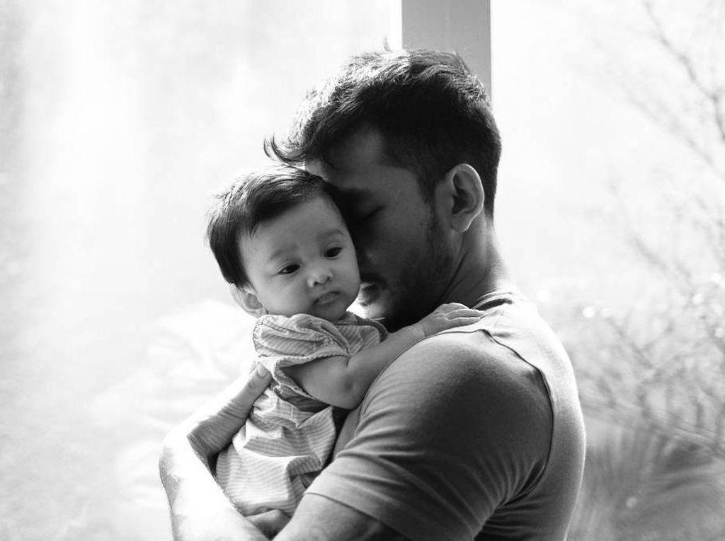 8 Foto Ini Buktikan Rio Dewanto Hot Daddy, Bikin Gemes Cewek-cewek
