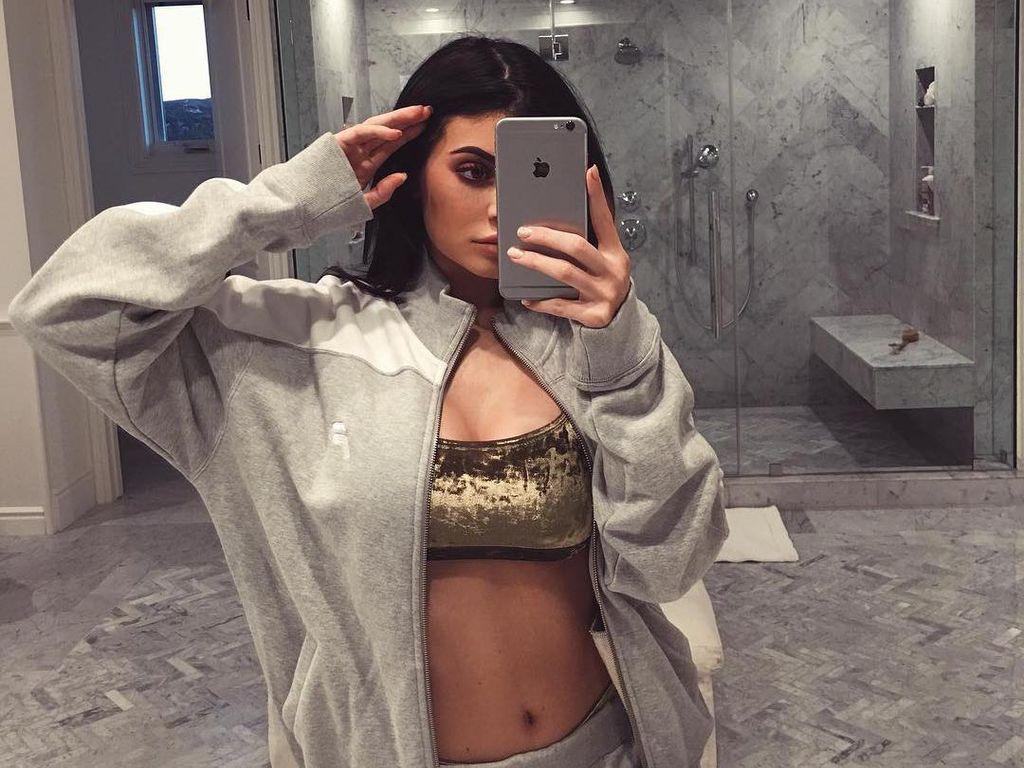 15 Foto Selfie Terseksi Kylie Jenner