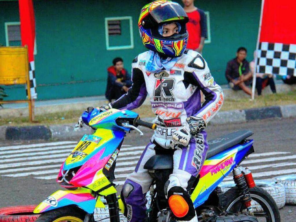 Foto: Kintan Mary, Hijabers Imut yang Populer Karena Jadi Pembalap Motor