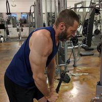 Bagian penting dari latihan menarik ini adalah bukan hanya otot tangan yang mendapat manfaat, namun juga bahu dan punggung. (Foto: instagram/@thehughjackman)