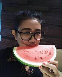 Buah-buahan yang kaya air seperti semangka memang baik dikonsumsi saat cuaca terik untuk menghindari tubuh mengalami dehidrasi. (Foto: Instagram @ayu_anggibd)
