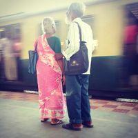 Foto pasangan tua tunanetra. Berdua bersama menunggu kereta yang datang. (Foto: Instagram/er_sinister)