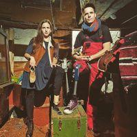 Pasangan dengan kaki palsu ini mengerjakan segala sesuatunya bersama. (Foto: Instagram/sevenheaven)