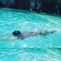 Boleh-boleh saja berenang saat cuaca panas. Namun, Dr Ryan Clauson, MD, dari North Dakota mengatakan Anda harus menghidrasi tubuh lebih dari biasanya ketika menghabiskan banyak waktu berenang di kolam renang. (Foto: Instagram @sekarwookie2105)