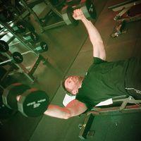 Angkat beban juga bisa melatih dada bidang. Bahkan di foto terlihat Hugh mampu mengangkat beban 45 kg di satu tangannya. Kuat ya. (Foto: instagram/@thehughjackman)