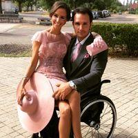 Tidak ada aturan yang menyebut duduk di kursi roda berarti tidak bisa pose mesra untuk sebuah foto. (Foto: Instagram/joseluisrobles7)