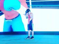 Seorang atlet bela diri sedang berlatih tinju dengan lawan virtual. Foto: Instagram