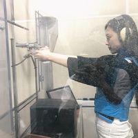 Tak banyak orang yang tertarik menggeluti olahraga tembak. Padahal, olahraga ini memiliki banyak manfaat bagi tubuh lho. (Foto: instagram/jelly_jilli)