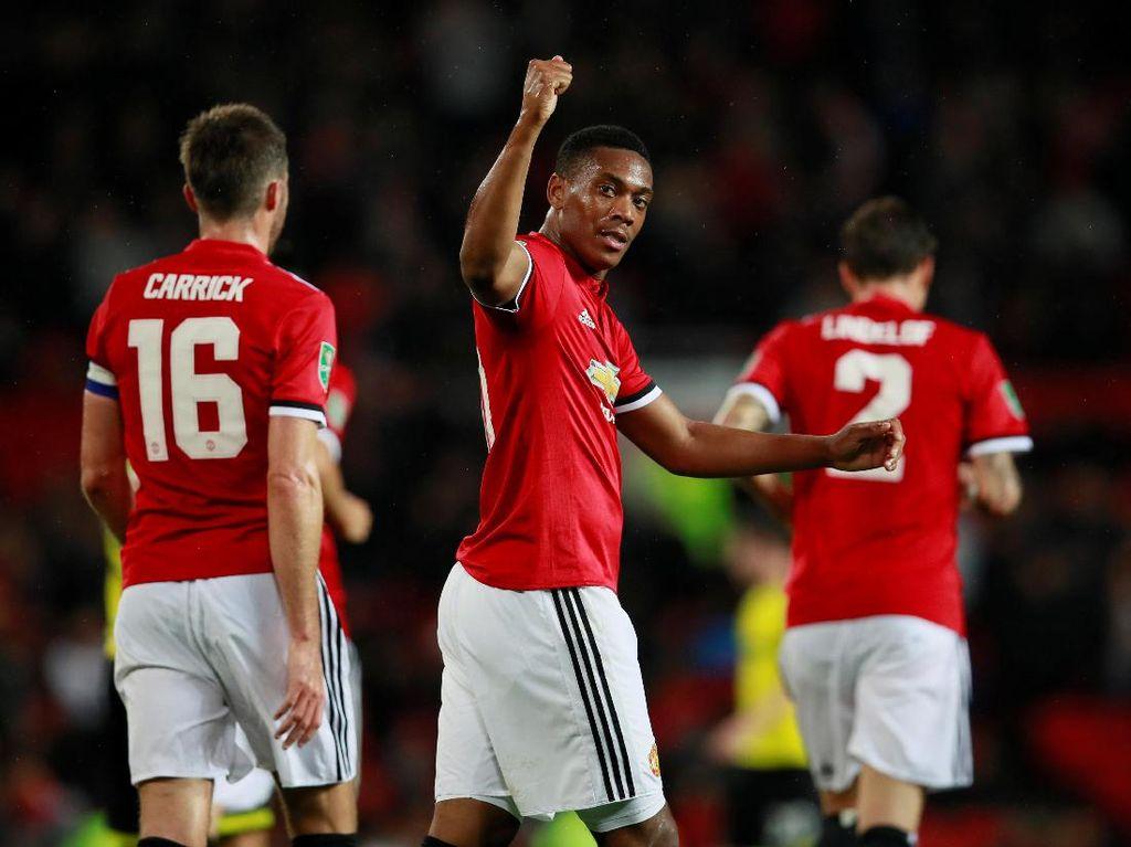 Juara bertahan Manchester United memulai misinya mempertahankan gelar Piala Liga Inggris secara meyakinkan. Menjamu Burton Albion, MU menang mudah 4-1. Reuters/Jason Cairnduff.