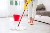 Bersih-bersih dengan menyapu dan mengepel dapat membakar 280 kalori jika dilakukan selama satu jam. Foto: Thinkstock
