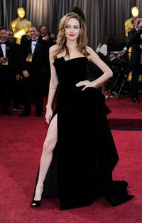 (2012) 84th Annual Academy Awards - Tahun 2012 adalah awal perubahan tubuh Angie yang semakin langsing. Dr Drew Pinsky seorang internist terkenal dari Amerika Serika bahkan sempat menyebut tubuh Angelina Jolie yang terlalu kurus dan terlihat kekurangan gizi. (Foto: Getty Images)