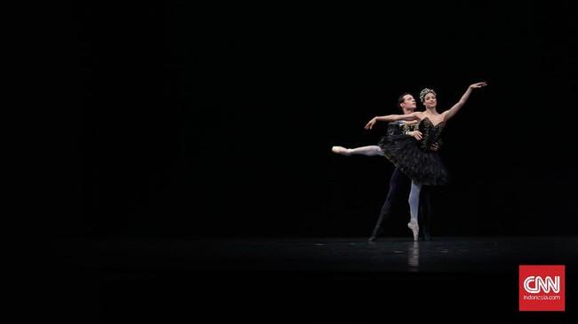 Queensland Ballet menampilkan Spartacus Pas De Deux di preview Gala Balet ke 2: An Inclusive Dance Event Kesetaraan Menari Bagi Semua Manusia. Spartacus pertama kali ditampilan di tahun 1956, bercerita mengenai pemberontakan budak melawan orang Romawi. (CNN Indonesia/ Hesti Rika)