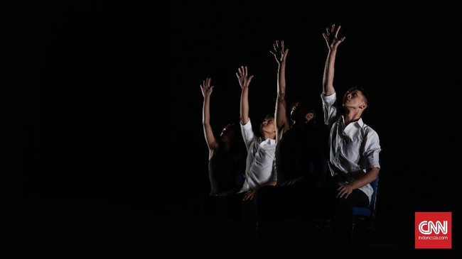 La Fille De L'Air merupakan kolaborasi antara penari Indonesia yang terpilih melalui audisi dengan Magali Saby, penari Prancis yang memanfaatkan keterbatasan akan gerakan sebagai kesempatan untuk berkarya, Jakarta (CNN Indonesia/ Hesti Rika)