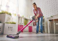 Menyapu dan memvakum rumah dapat membakar 164 kalori. Semakin besar rumah Anda, semakin banyak pula kalori yang terbakar. Foto: Thinkstock