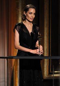 (2013) Di tahun ia menerima Jean Hersholt Humanitarian Award, Angelina Jolie menjalani mastektomi ganda karena dirinya memiliki resiko terkena kanker payudara sebesar 87% dan kanker ovarium sebesar 50% yang diketahui melalui tes BRCA1 dan BRCA2. (Foto: Getty Images)