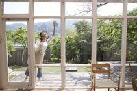 Membersihkan jendela dan mengelap meja mungkin tidak melelahkan. Namun jika dilakukan selama satu jam, kalori yang terbakar mencapai 184 kalori. Foto: Thinkstock