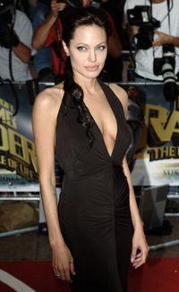 (2001) Premier 'Tomb Raider', California - Berperan sebagai Lara Croft di film Tomb Raider, Angie memiliki bentuk tubuh yang lebih kekar dan berisi. Bisa dibilang ini adalah tampilan terbugar yang pernah Angie miliki. (Foto: Getty Images)