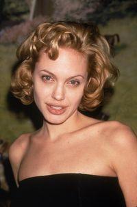 (1999) National Board of Review Award, New York - Angelina Jolie memang nampak kurus sejak awal karir menjadi aktris. Di tahun foto ini diambil, Jolie tengah terpukul dengan vonis dokter yang menyatakan sang ibu, Marcheline Bertrand, terkena kanker ovarium. (Foto: Getty Images)