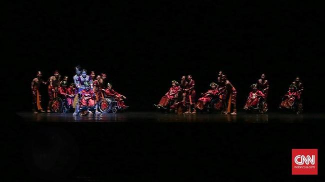 EKI Dance Company bersama dengan Jakarta Foundation for Advancement Children with Disabilities Jakarta (Yayasan Pembinaan Anak Cacat Jakarta) menampilkan sebuah paduan suara: kombinasi antara nyanyian dan tarian, Jakarta (22/9). (CNN Indonesia/ Hesti Rika)