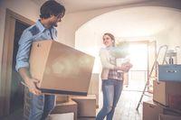 Mengangkat kardus atau barang ke lantai atas merupakan pekerjaan yang jarang dilakukan kecuali saat Anda melakukan redekorasi ruangan atau pindahan. Namun kalori yang terbakar saat melakukan kegiatan ini cukup besar, yakni 421 kalori per 30 menit. Foto: Thinkstock