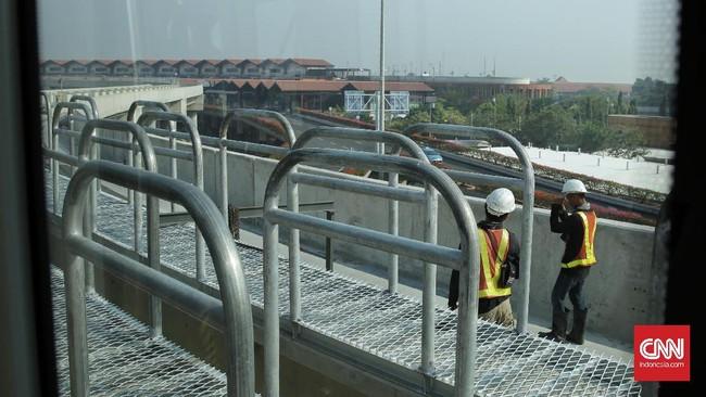 Petugas sedang menyelesaikan jalur track 2 Skytrain Bandara Soeta, Jakarta (23/9). Panjang track terminal 2 ke 3 sepanjang 1700 meter. (CNN Indonesia/ Hesti Rika)