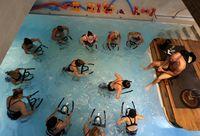 Mengayuh sepeda statis misalnya, jadi terasa lebih menantang saat dilakukan di dalam air. Konstriksi pembuluh darah memaksa jantung untuk bekerja lebih keras, sehingga lebih terlatih. Foto: Reuters