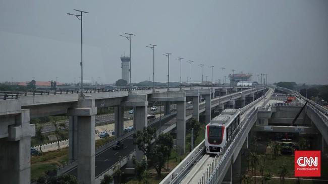 Pada tahap awal,pengoperasian skytrain terbatas hanya pada pukul 07.00 – 09.00 WIB, lalu 12.00 – 14.00 WIB, serta 17.00 – 19.00 WIB. Bila tahap pertama rampung, operasional Skytrain selama 24 jam dalam sehari. (CNN Indonesia/ Hesti Rika)