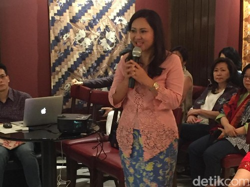 Cantiknya Happy Djarot Berkebaya Batik Betawi Ondel-Ondel