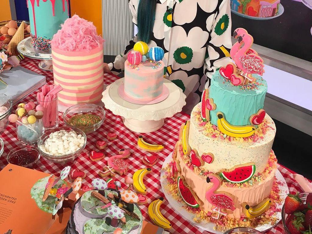 Katherine Sabbath adalah mantan guru yang kini menjadi pembuat cake profesional. Ciri khas cake buatannya meriah dengan warna-warni terang dan penggunaan banyak topping unik. Foto: Katherine Sabbath