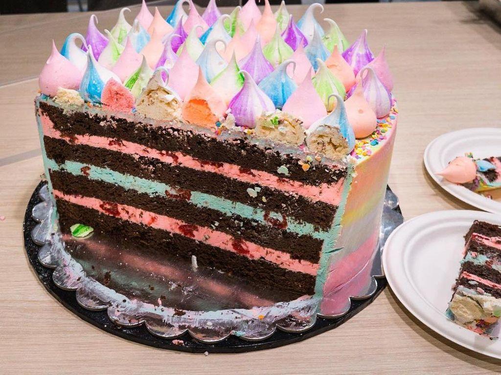 Bukan hanya bagian luar yang cantik, bagian dalam cake ini juga memanjakan mata ya? Foto: Katherine Sabbath