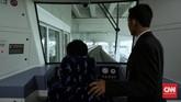 Pada tahap awal pengoperasiannya, Skytrain memilikisatu masinis dan satu petugas yang berada di belakang kemudi. Nantinya usai tahap percobaan kereta akan melaju tanpa awak. (CNN Indonesia/ Hesti Rika)