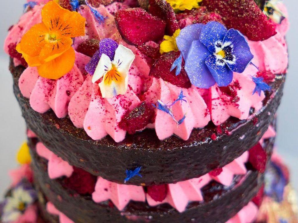 Katherine juga pernah lho membuat cake lebih dari 3 tumpuk dengan topping meriah ini. Ada buttercream pink dan bunga yang bikin cake makin cantik. Foto: Katherine Sabbath