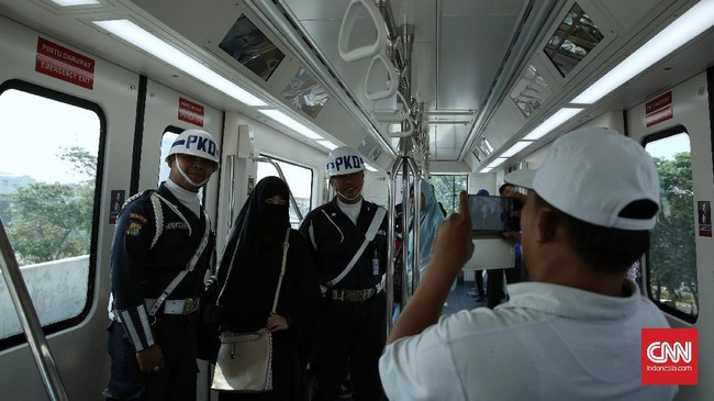 Dengan menggunakan Skytrain, penumpang dapat menempuh perjalanan dari Terminal 3 ke Terminal 2 hanya dalam waktu sekitar 5 menit. (CNN Indonesia/ Hesti Rika)