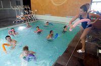 Beberapa klub kebugaran juga menawarkan kelas aqua yoga, atau bahkan aqua zumba. Foto: Reuters